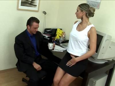 Sexhungrige Sekretärin gepoppt
