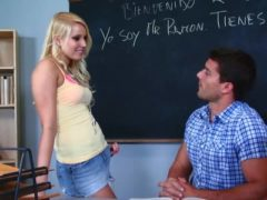Blondes Girl steht auf Lehrer
