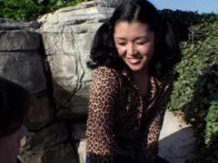 Junge Asiatin öffentlich geknallt
