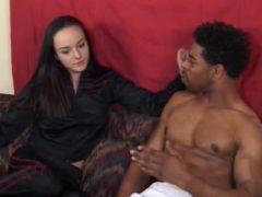 Interracial Sex am Sofa