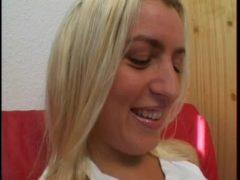 Blondine im Büro geil gefickt