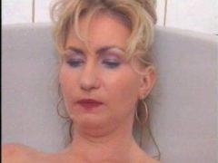 Sexy Blondine nimmt ein Bad